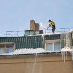 Уборка снежных масс и наледи с крыш зданий – работа для профессиональных специалистов